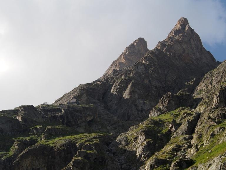 Monts Rouges de Triolet. Tupa näkyy etualalla. Suurin osa kalliokiipeilyreiteistä nousee taaemmalle huipulle.
