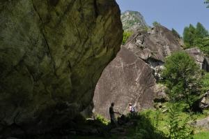 Val Masinon laakson pohjalla on isoja kiviä...
