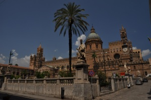 Sisiliassa kasvaa palmutkin.