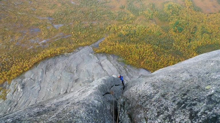 Reitillä oli ilmava tunne. Ei turhia tasanteita tai mitään ylimääräistä muotoa. Korkeutta tuli nopeasti kun kiipeäminen aloitettiin jo valmiiksi mäessä olevalta släbiltä. Alkuun pystyy vetämään hyvän matkaa vaikka simulina.
