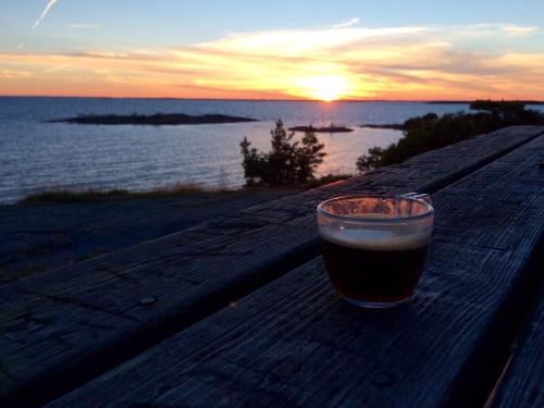 Mikäs siinä on espresson äärellä auringonlaskua katsellessa