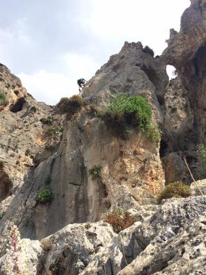 Kalymnoksella useimmat siis kiipeävät, Pirjo näyttää mallia komeissa maisemissa.