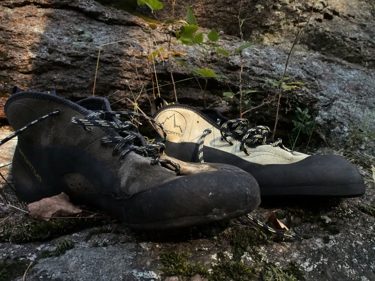 Kesän käytössä ollut ja uusi pakasta vedetty. Kengät ovat kestäneet hyvin menoa. Mitä nyt muodot vähän pyöristynyt ja kuvassa vähän likaisena Norjan rännien jäljiltä. Uutena TC Pro on hyvinkin tiukkakulmainen muotoilultaan ja myös suht matala kengän kärki voi tuottaa ihmetystä varpaissa. Juuri tämä oli syynä itsellä sisäänajovaiheessa kun varpaat saattoivat arastelella pienillä otteilla.